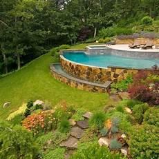 terrasse mit hang pool steinmauer garten hang rasen haus im wald zahrada