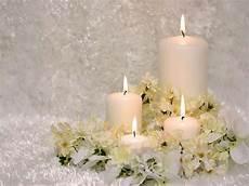 candele natale per un caldo e candido centrotavola natalizio immagini e