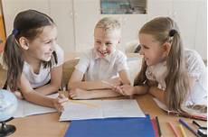 kinder lachen kinder lachen beim lernen kostenlose foto