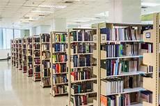 scaffali biblioteca fila di scaffali per libri in una biblioteca pubblica nell