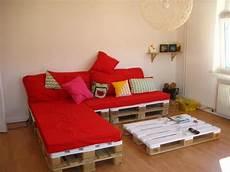 wohnzimmer aus paletten sofa und tisch mitglied rias hat sich beides aus paletten gebaut