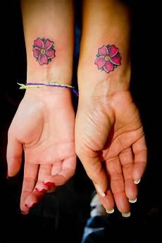 freundschafts tattoos motive handgelenk flower wrist bestfriends tattoos