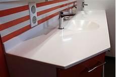 une salle de bain orange et un meuble sur mesure