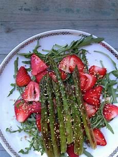 spargelsalat tim mälzer salat mit erdbeeren und gr 252 nen spargel gastro l e