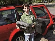 ab wann dürfen kinder im auto vorne sitzen wann darf mein im auto vorne sitzen vms