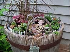 Gartendeko Aus Holz Miniatur Garten Im Alten Weinfass