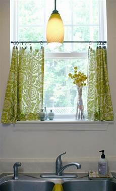 Ein Kleines Fenster Mit Gr 252 Nen Gardinen 252 Ber Dem