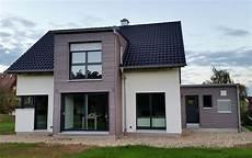 einfamilienhaus modern holzhaus satteldach flachdach mit