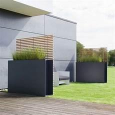 sichtschutz terrasse freistehend sichtschutzpaneele aus metall und holzlatten sichtschutz terrasse sichtschutz garten und