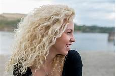 naturally curly hair white women bold and beautiful 16 ways to wear blonde curly hair