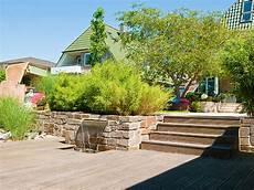Garten Auf Drei Ebenen Mit Einer Sauna Einem Wasserbecken