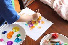 basteln mit krippenkindern easy easter craft painting eggs with pom pom balls
