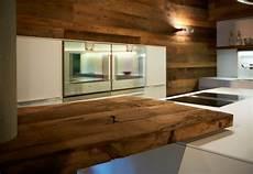 rustikale moderne küchen glatte wei 223 e arbeitsfl 228 chen treffen auf rustikales altholz