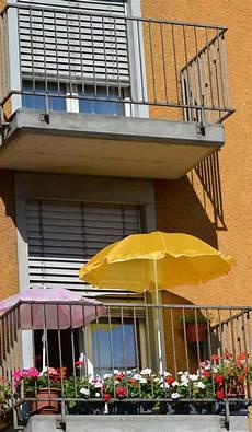sonnenschirm klein für balkon kleinen balkon gestalten ideen zur versch 246 nerung bauen de