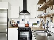 mensole cucina foto cucina con piastrelle colorate e mensole di