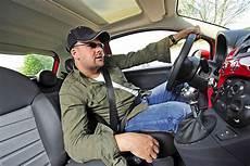 fahrersitz im rennauto ratgeber sicherheit die perfekte sitzposition hinterm lenkrad bilder autobild de