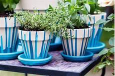 vasi in plastica colorati 13 idee per decorare i vasi in terracotta e non fito