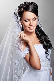 Verspielte Brautfrisur Mit Duftigem Schleier