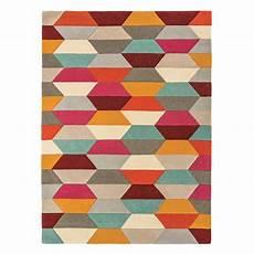 tapis graphique multicolore aux couleurs vives et motifs