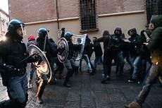 studenti bologna bologna scontri tra studenti e la polizia ilgiornale it