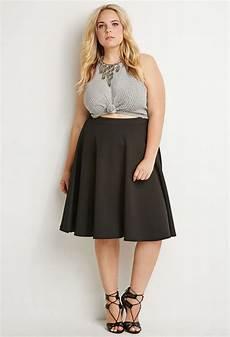 une jupe midi grande taille et un crop top pour femme