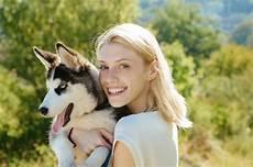 frau liebt frau frau liebt ihren hund stockfoto bild freundschaft