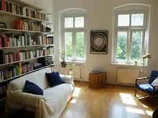 einfamilienhaus buecherwand fuer einrichtungsidee gem 252 tliches wohnzimmer in sanierter