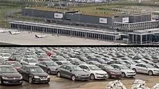 ber vw parkplatz parkplatznot durch abgastests vw muss autos am ber zwischenparken n tv de