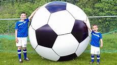 le plus grand ballon de football du monde foot g 233 ant la