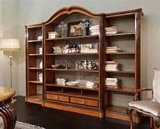 mensole classiche libreria con mensole larghe in ciliegio intagliato
