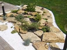gartengestaltung mit bruchsteinen einfacher steingarten mit flachen bruchsteinen und wei 223 em kies