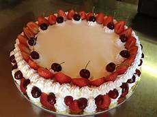 torta con crema pasticcera e panna montata torta pan di spagna farcita con crema pasticcera e fragole e ricoperta di panna montata fragole