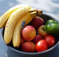 wie viele bananen am tag sind gesund zu viele bananen verstopfen und obst f 228 ngt im bauch an zu