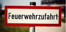 Parken In Feuerwehrzufahrt - falschparker behindern rettungskr 228 fte 187 feuerwehr