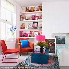 wohnzimmer mit bunt dekorierter sitzecke roomido com