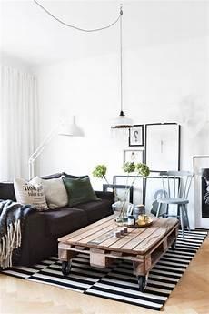 wohnzimmer aus paletten wohnzimmer mit tisch aus paletten einrichten palettentisch m 246 bel aus paletten und paletten tisch