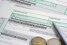 haushaltshilfe steuerlich absetzbar haushaltshilfen der steuer absetzen so geht s