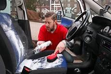 kunststoff im auto reinigen raus mit dem mief im auto bilder autobild de