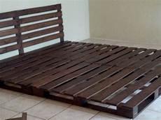 faire un lit en bois gros plan sur la facon de faire un lit en palette