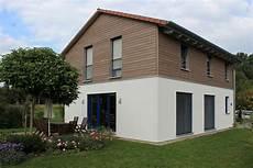 französischer balkon modern einfamilienhaus holzhaus satteldach holzfassade