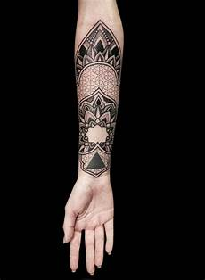 Unterarm Frau Mandala Blume Dotwork Tattoos