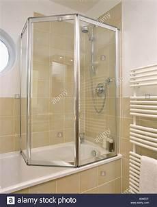 Duschabtrennung Badewanne Glas - folding glass shower doors on bath in modern bathroom with