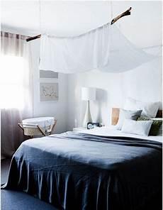 un voile blanc au dessus du lit sovrum inspiration