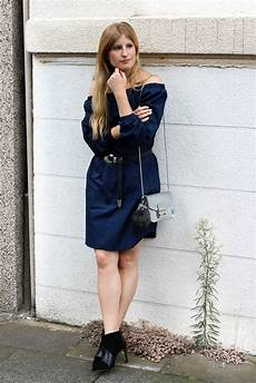 Dunkelblaues Kleid Kombinieren - dunkelblaues shoulder kleid stiefeletten rockig
