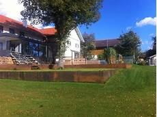 eine hanglage wird mit abgestuften terrassen begradigt