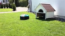 Garage Für Mähroboter Gardena - rasenm 228 herroboter r40li parkt in garage