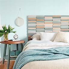 tete de lit bois peint diy une t 234 te de lit au relief color 233 id 233 es d 233 co