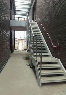 treppe mit geländer treppe mit ganzglasgel 228 nder fr 214 bel metallbau
