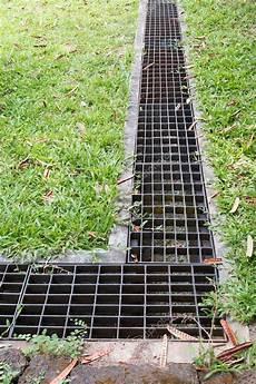 Eisen Rost Der Wasserablauf Im Garten Rasen Stockfoto