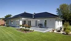 haus ideen modern bungalow haus mit garage walmdach architektur im
